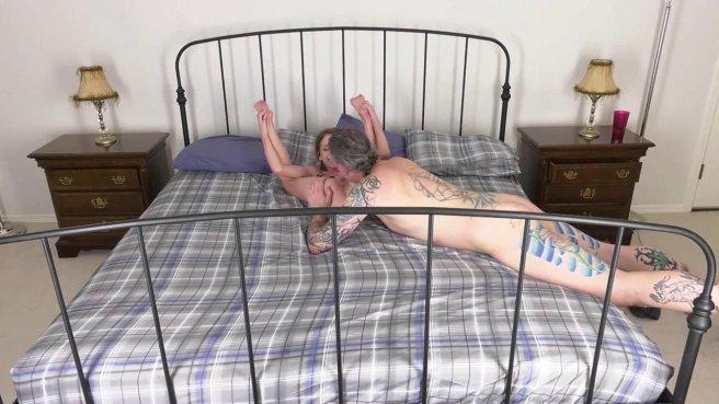 Зрелый мачо лижет киску молодой девушке и жестко трахает ее раком на кровати #4