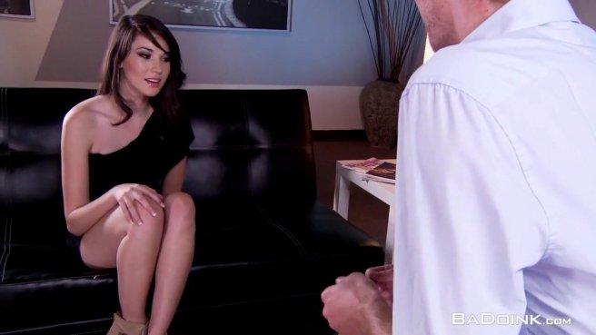 Брюнетка раздвинула ноги и трахнулась с молодым начальником на столе #1