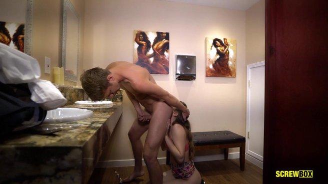 Девка глубоко отсасывает чужому мужику и трахается с ним в туалете ресторана #2