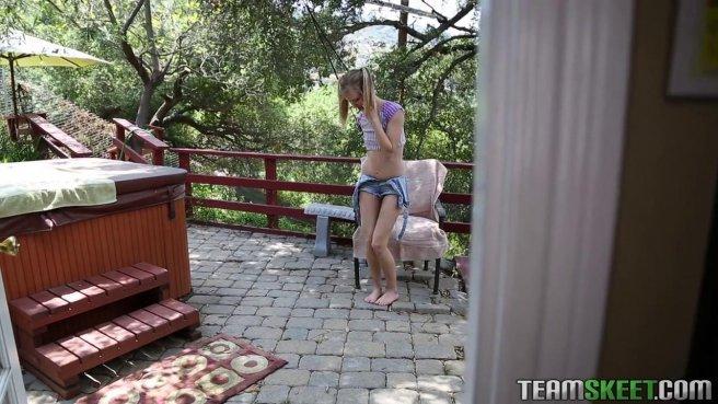 Похотливая блондинка получила член соседа в киску и трахнулась с ним раком #1