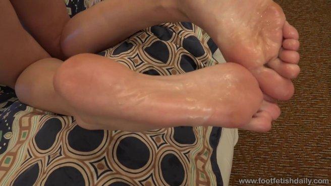 Опытный фетишист вылизал ноги и киску красотки перед жарким сексом #10
