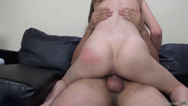 Девка мастурбирует вибратором, а потом трахается с мужиком на диване #5