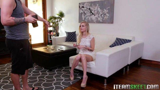 Скромная блондинка засветила свои аккуратные сиськи перед парнем #3
