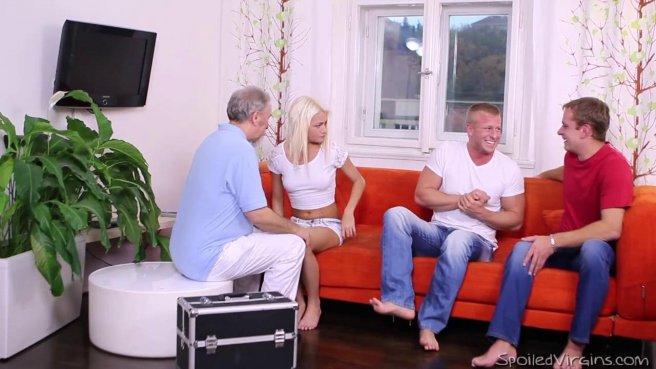 Два парня с мощными членами ублажают киску одной стройной блондинки по очереди #2