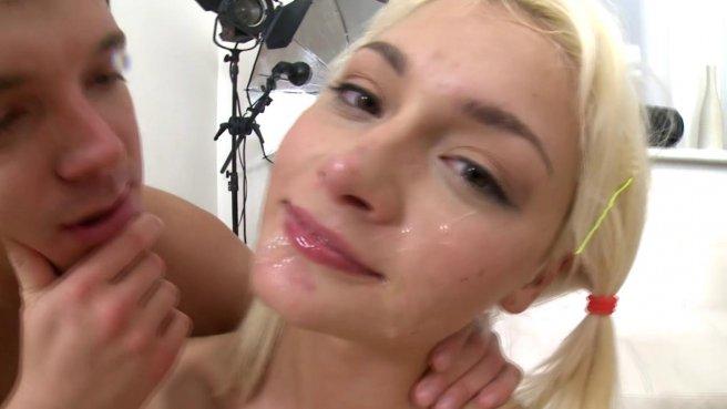 Жесткий анальный секс с миниатюрной блондинкой в кедах на столе #10