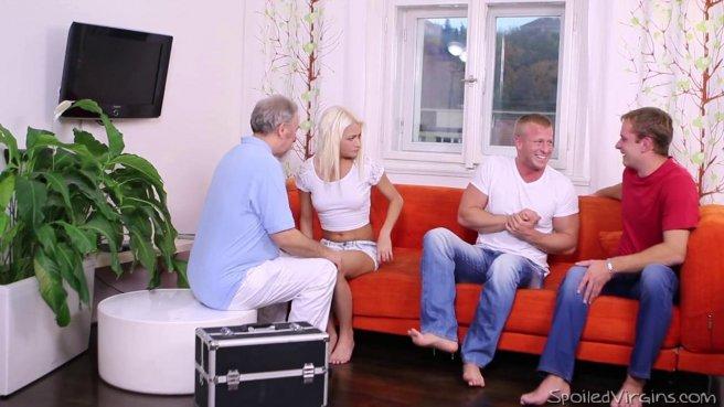 Блондинка по очереди впускает в мокрое влагалище члены двух парней #2