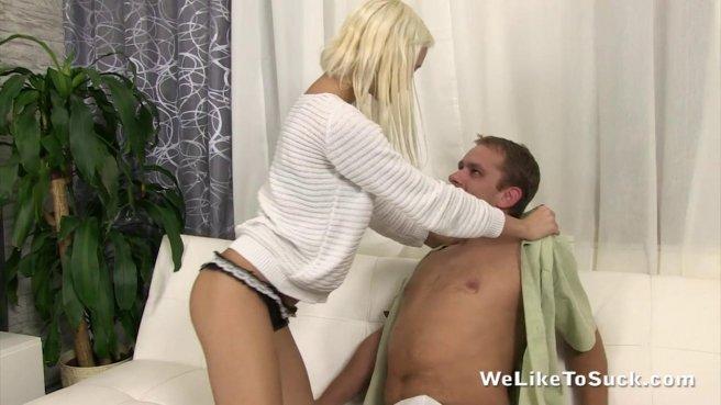Блондинка вылизывает яйца мужику и сосет его мощный горячий пенис #1