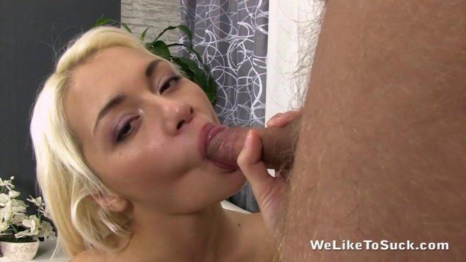 Блондинка вылизывает яйца мужику и сосет его мощный горячий пенис #8