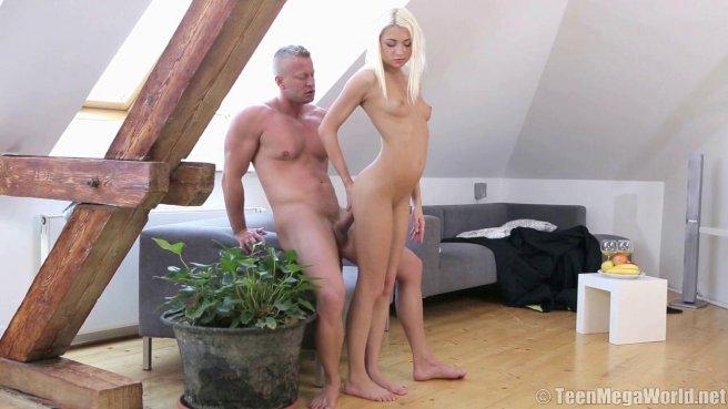 Блондинка пробует сперму после жаркого секса с настоящим самцом #5
