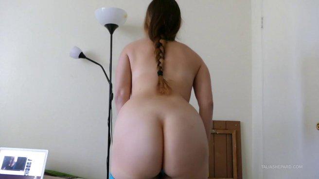 Грудастая девица дрочит киску самотыком широко раскинув ноги на кровати #3