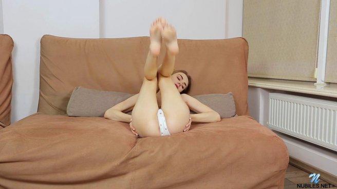 Молодая телка дрочит клитор и трахает киску пальцами на диване #3