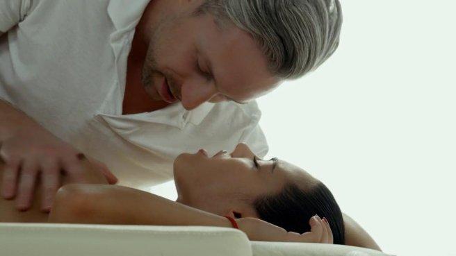 Массажист заливает смуглое тело клиентки маслом и сует нежно в писю большой хрен #2
