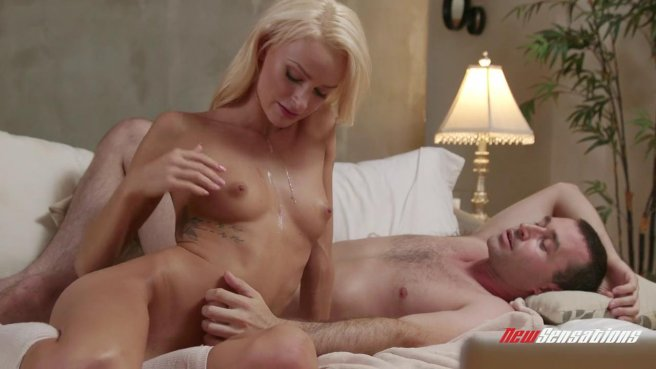 Блонди в белых чулках на кровати соблазнила и трахнула пиздой мужа сестры #10