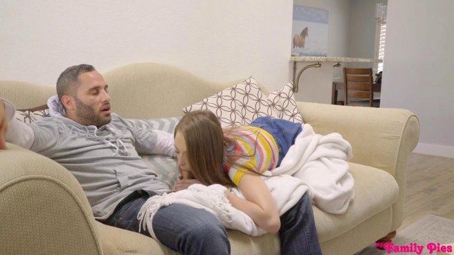Девка задрала джинсовую юбку и раком поебалась в пилотку с зрелым отчимом #3