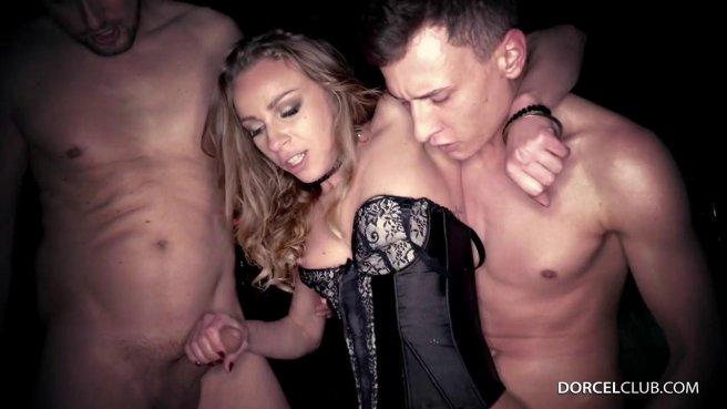 Девка в черном корсете напилась в клубе и трахнулась в три члена с волосатыми ебарями #7