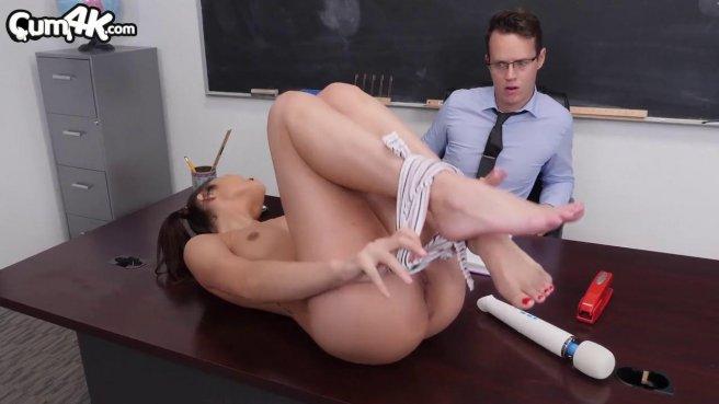 Директор в кабинете пользуется анальной дырочкой новенькой секретарши #2