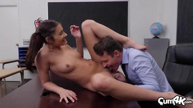 Директор в кабинете пользуется анальной дырочкой новенькой секретарши #3