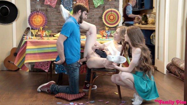Мамка с дочкой ебутся с бородатым пацаном, пока муж не видит #7