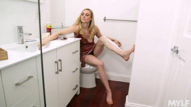 Латинос в туалете загоняет на унитазе длинный хрен в блондинку в платье #1