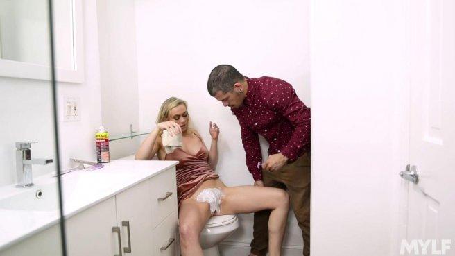Латинос в туалете загоняет на унитазе длинный хрен в блондинку в платье #2