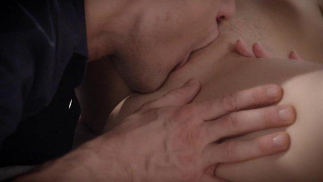 Полицейский в синей рубашке лижет писечку жены начальника и пихает туда толстый пенис #2