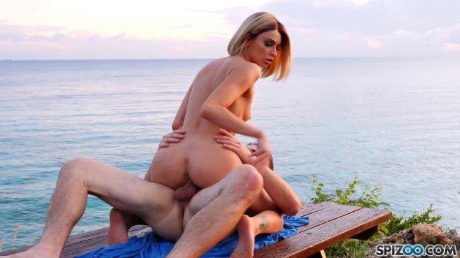 Девушка на деревянном причале уселась мокрой вагиной на хер страстного рыбака #6