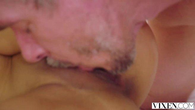 Азиатка с золотой цепочкой в позе наездницы принимает хрен хозяина в бритой вагине #9