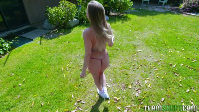 Девушка в фиолетовых стрингах натирает писечкой длинный хрен друга #1