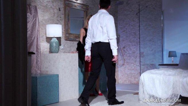 Милфа соблазнила начальника и вместе с мужем обкончалась на кровати #1