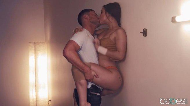 Гимнастка перед большим зеркалом полирует дырочками обрезанный пенис тренера #2