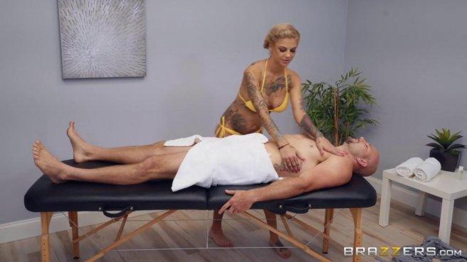 Массажист с разгона пихает длинную елду в вагину татуированной девки #1