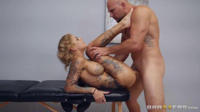Массажист с разгона пихает длинную елду в вагину татуированной девки #6