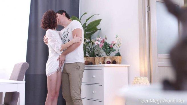 Женатик в белой футболке натирает замужней соседке писюню без гондона #1