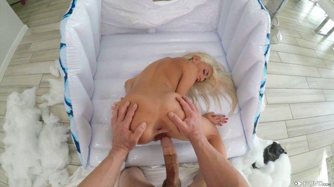 Блонди после загорания у бассейна пришла в дом соседа и дала ему в пизду на надувном матрасе #9