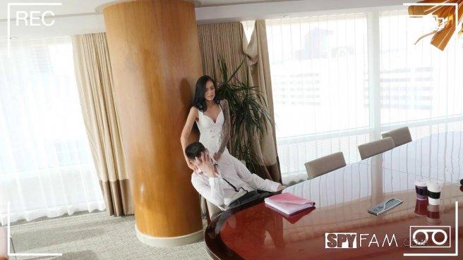 Девушка радует мужа утренним минетом и еблей на большом лакированном столе #1