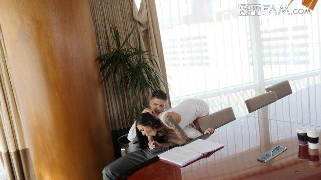 Девушка радует мужа утренним минетом и еблей на большом лакированном столе #2