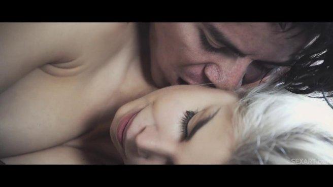 Красивый секс молодой парочки с нежными поцелуями на большой кровати #1