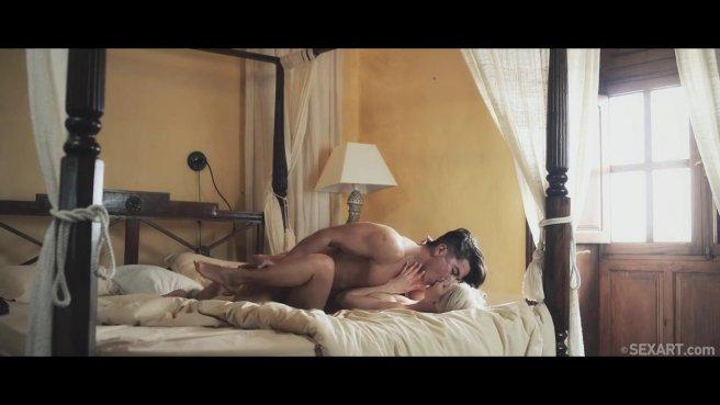 Красивый секс молодой парочки с нежными поцелуями на большой кровати #5