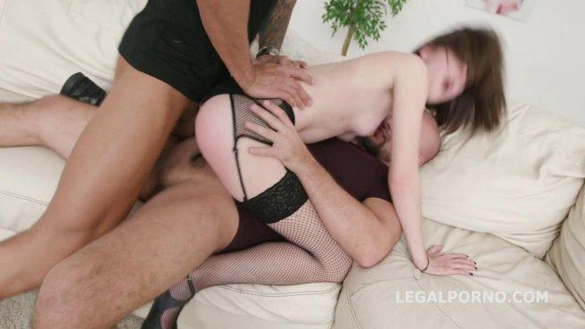 Девка делает римминг и наслаждается двойным проникновением с парнями #5
