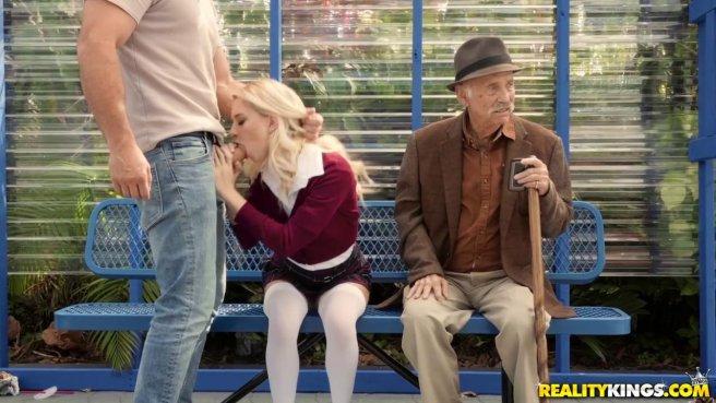 Парочка трахается на публике, не замечая, что старик за ними наблюдает #1