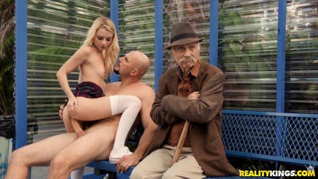 Парочка трахается на публике, не замечая, что старик за ними наблюдает #4