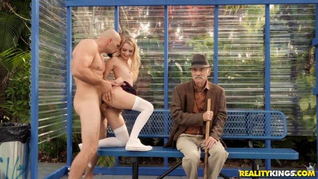 Парочка трахается на публике, не замечая, что старик за ними наблюдает #5