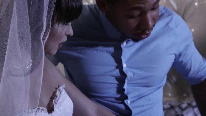 Негр трахает в киску чужую невесту, пока мужик наблюдает за ними со стороны #1