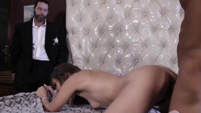 Негр трахает в киску чужую невесту, пока мужик наблюдает за ними со стороны #9