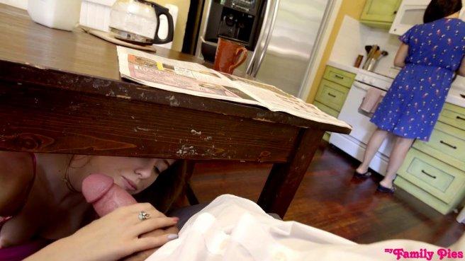 Падчерица сосет член отчима и трахается с ним пока мамаша крепко спит рядом #5