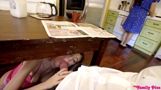 Падчерица сосет член отчима и трахается с ним пока мамаша крепко спит рядом #6