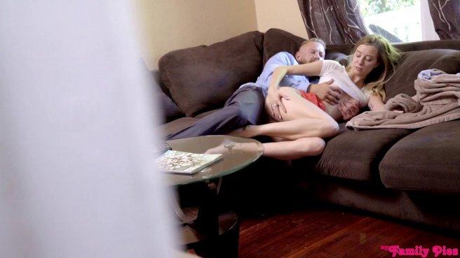 Падчерица сосет член отчима и трахается с ним пока мамаша крепко спит рядом #9
