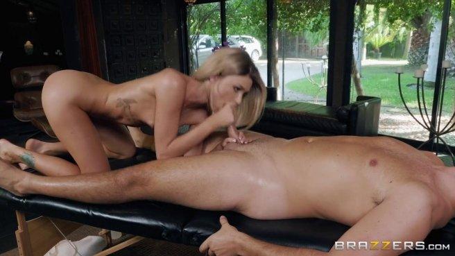 Блондинка с маленькими сиськами стонет от куни и трахается со зрелым мачо #7