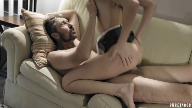 Непослушная падчерица была наказана сексом и трахнулась с отчимом раком на диване #6