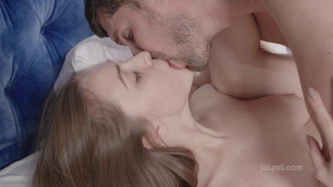 Нежный секс влюбленной парочки в разных позах на большой кровати #9